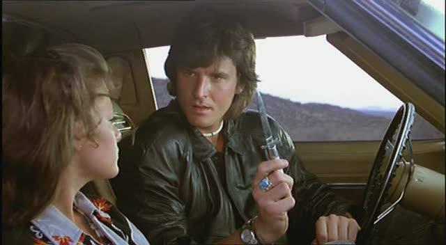 Nick Cassavees e Sherilyn Fenn em um dos clássicos de ação dos anos 80, A Aparição.