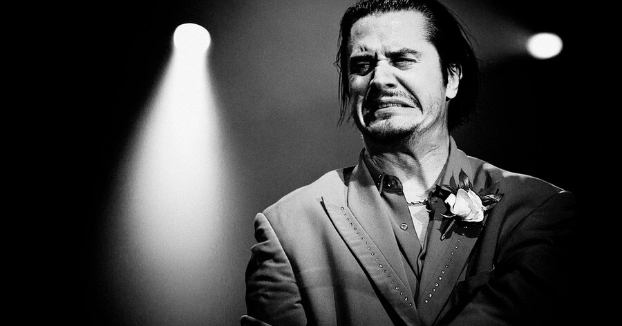Mike Patton - 6 oitavas de voz.